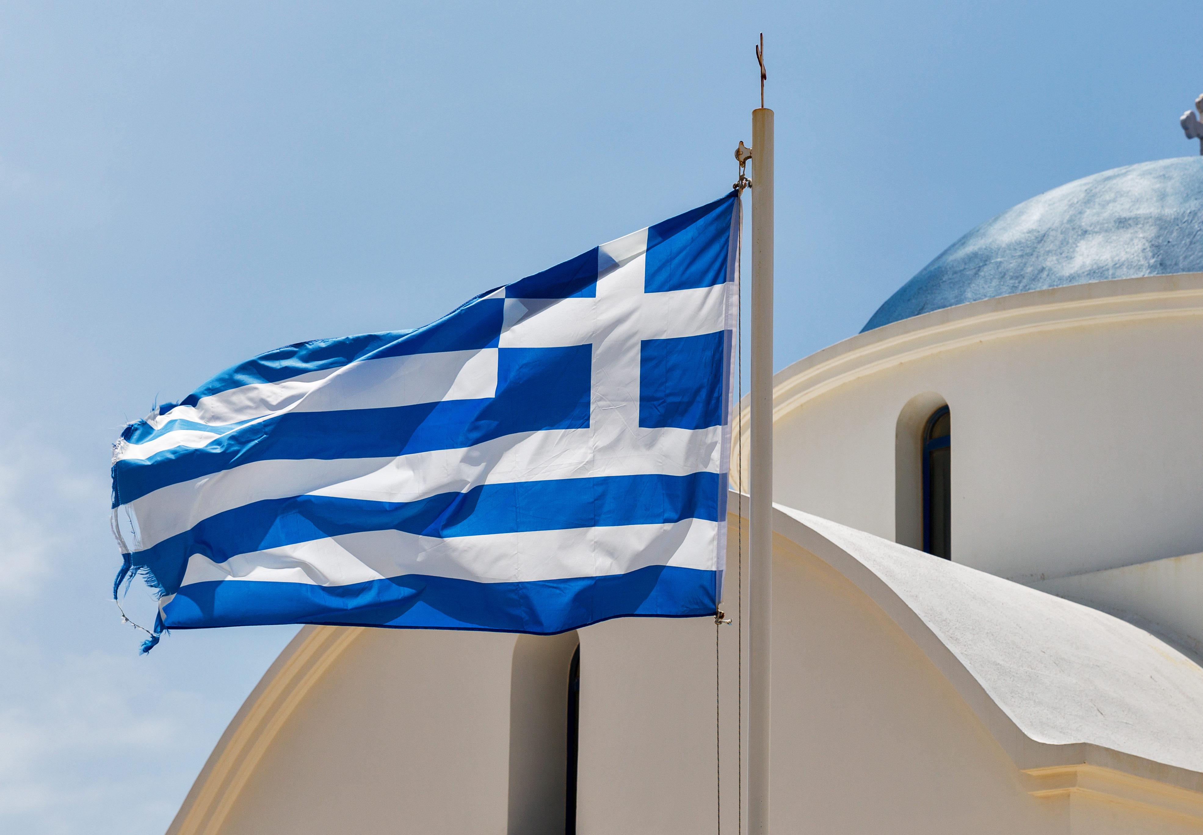 Griechisch-orthodoxe Kirche mit Nationalflagge in Paphos, Zypern.